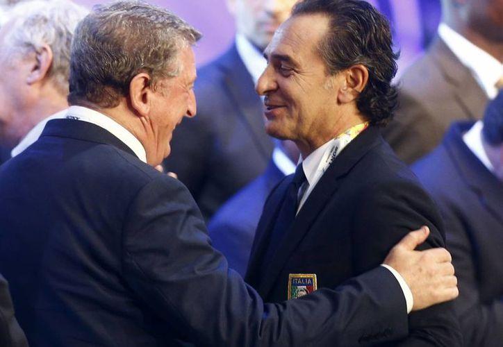 El entrenador de Italia, Cezare Prandelli (i), recordó que 'Italia le ganó a Uruguay e Inglaterra por penales en sus últimos partidos oficiales'. (Agencias)