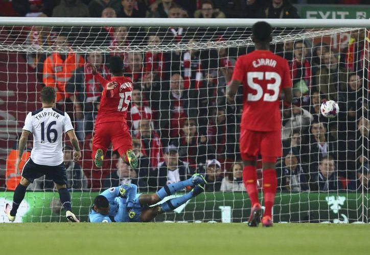 Sturridge (i) anota uno de sus dos goles, en el 2-0 del Liverpool sobre Tottenham, al que eliminó de la Copa de la Liga inglesa. (AP)