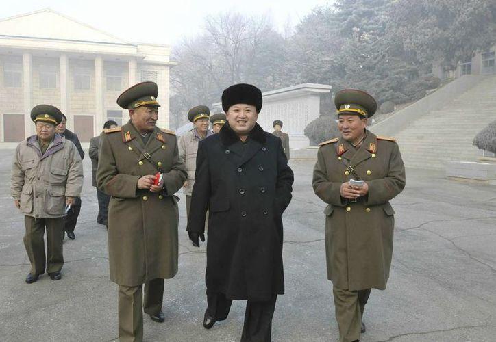Fotografía facilitada por la agencia estatal de noticias de Corea del Norte (KCNA) que muestra al líder norcoreano, Kim Jong-un (centro), visitando las tropas en Nampo. (EFE)