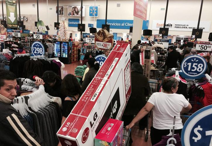 En El Buen Fin 2015 los consumidores adquieren principalmente pantallas, electrodomésticos, ropa y productos de línea blanca como refrigeradores, lavadoras, secadoras y estufas. Imagen de un supermercado en la edición del año pasado. (Archivo/Notimex)