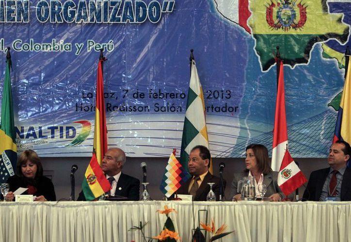 Los ministros peruanos de Justicia, Eda Rivas (2d), y de Interior, Wilfredo Pedraza (2i); la secretaria de Justicia de Brasil, Marcia Pelegrini (i); el fiscal colombiano Gilmar Santander (d), y el ministro boliviano de Gobierno, Carlos Romero (c). (EFE)