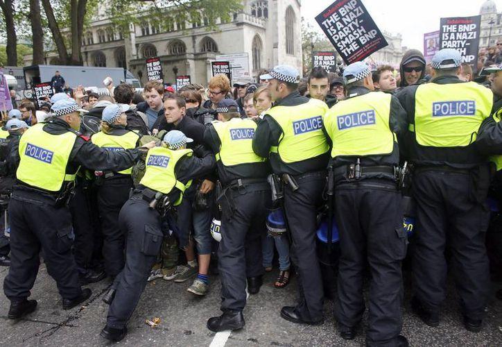 Manifestantes de ultraderecha y antirracistas se enfrentaron hoy en el centro de Londres, en las protestas convocadas tras la muerte el 22 de mayo del soldado Lee Rigby. (EFE)