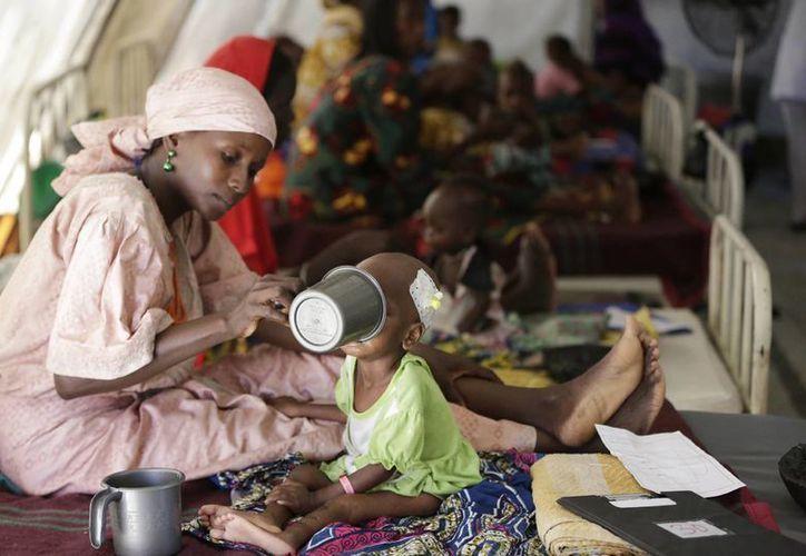 El Papa Francisco pidió el miércoles acciones concretas para llevar comida a las víctimas de la hambruna en Sudán del Sur. Imagen de contexto del 2016 donde se ve a una madre mientras alimenta a su hijo desnutrido en un centro de alimentación dirigido por Médicos sin Fronteras. (AP Photo / Sunday Alamba, Archivo)