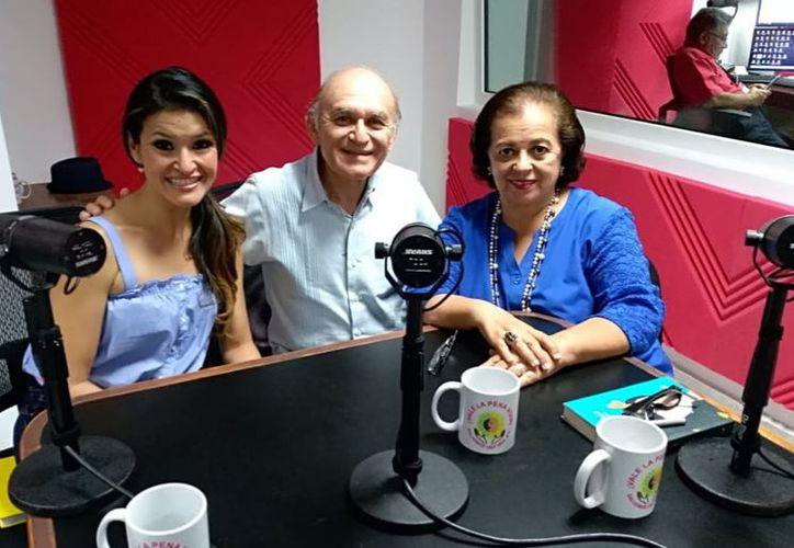Malena Barquín y Elías Góngora Coronado, con su anfitriona del programa, Esperanza Nieto. (Novedades Yucatán)