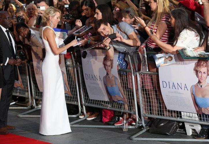 La actriz británica Naomi Watts firma autógrafos en la alfombra roja de la premier de 'Diana', la película sobre la muerte de la princesa de Gales. (Agencias)