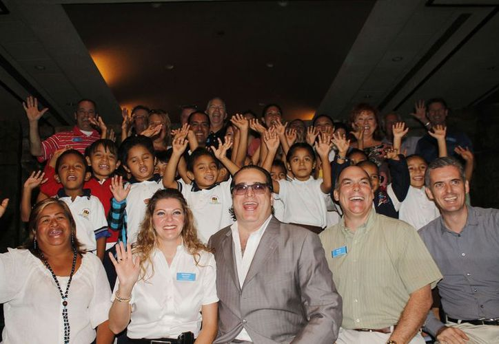 """Los organizadores del programa """"Los pies por delante"""" y los niños beneficiados. (Jesús Tijerina/SIPSE)"""
