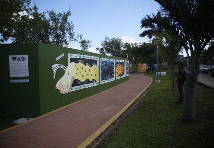Los artistas expresan con sus obras lo que Cancún significa para ellos. (Israel Leal/SIPSE)