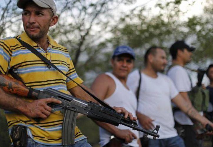 Mireles reprochó que la gente asignada por el gobierno federal utilice mediáticamente el movimiento social de autodefensas (foto) surgido en Michoacán. (Agencias/Contexto)