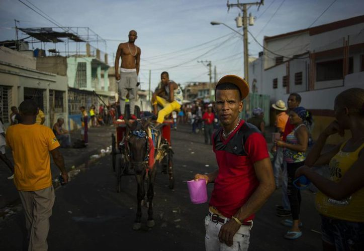 Asistentes a un concierto durante las celebraciones de carnaval en Santiago de Cuba, ciudad que ha sido olvidada por el gobierno cubano, ya que no la promociona a los turistas. (Agencias)