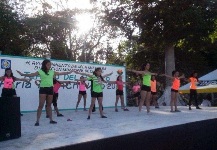 Se presentaron grupos de danza mexicana, danza moderna y cantantes. (Redacción/SIPSE)