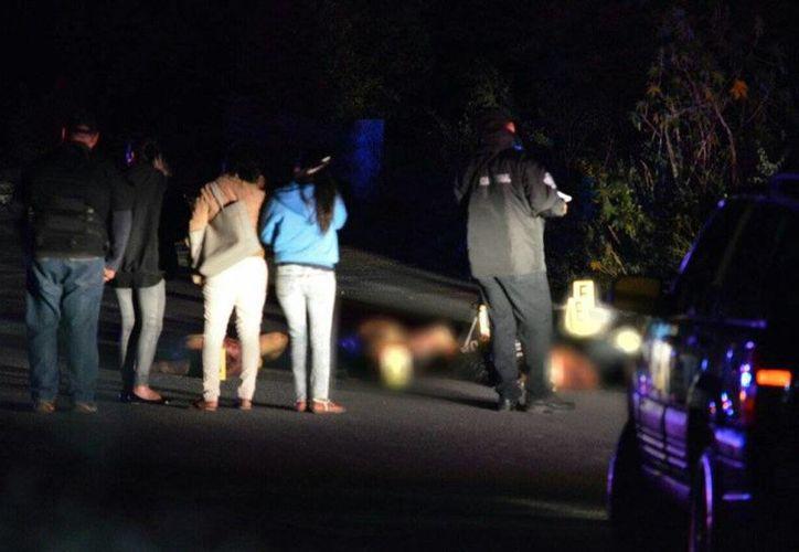 Los cuerpos fueron localizados la noche del domingo, en la orilla de la carretera del libramiento de Tixtla. (twitter.com/APIGUERRERO)