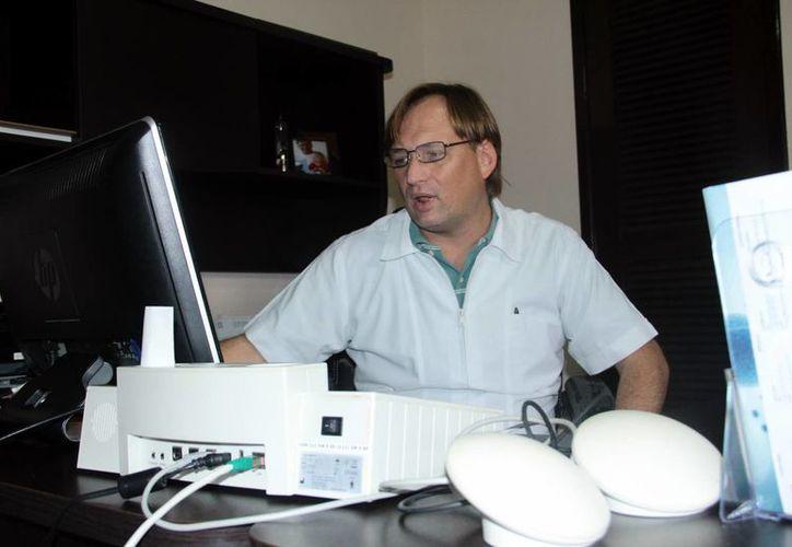 El Dr. Pablo Rivas Wedge, del centro Renovatium del Sureste, explicó cómo funciona el innovador equipo médico de última tecnología con el que cuentan y que permite detectar o tratar varias enfermedad, como  cáncer, diabetes y hasta esclerosis múltiple. (SIPSE)