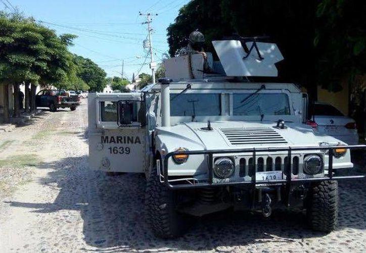 Operativo realizado por elementos de la Marina en la  colonia Chapultepec.  (debate.com.mx)