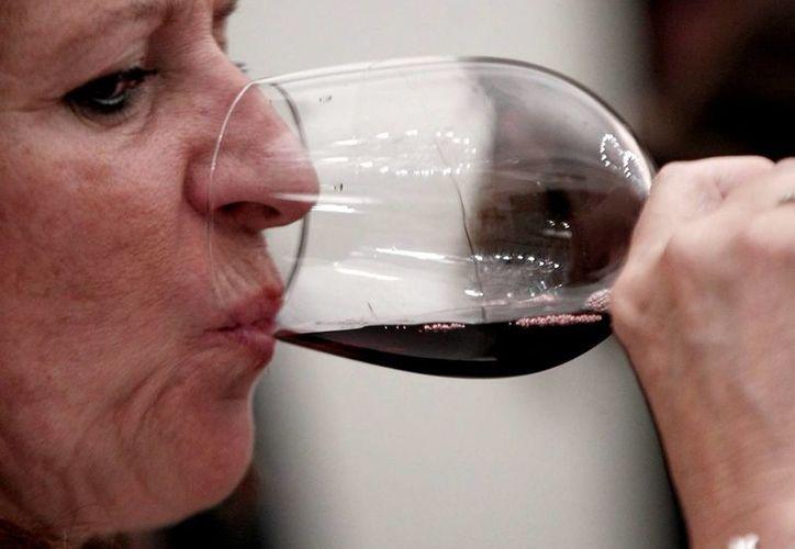 Un estudio de la Universidad Iberoamericana indica que el vino es capaz de dar mayor rigidez a ciertos textiles. (Archivo/Notimex)