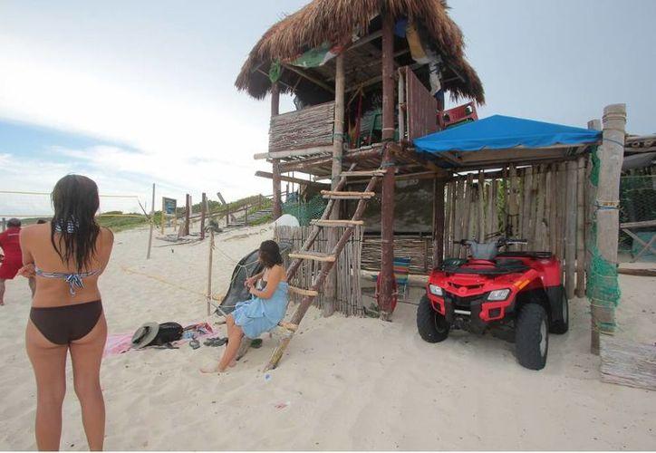 Pese a las carencias los cinco rescatistas de las playas de Cozumel hacen su trabajo todos los días. (Gustavo Villegas/SIPSE)
