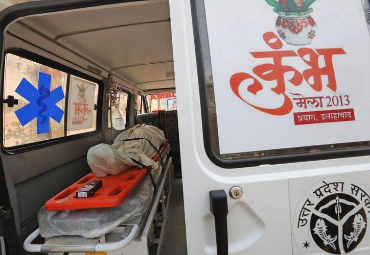 Una de las víctimas de una estampida permanece en una ambulancia aparcada delante del depósito de cadáveres en Allahabad, Uttar Pradesh. (EFE)