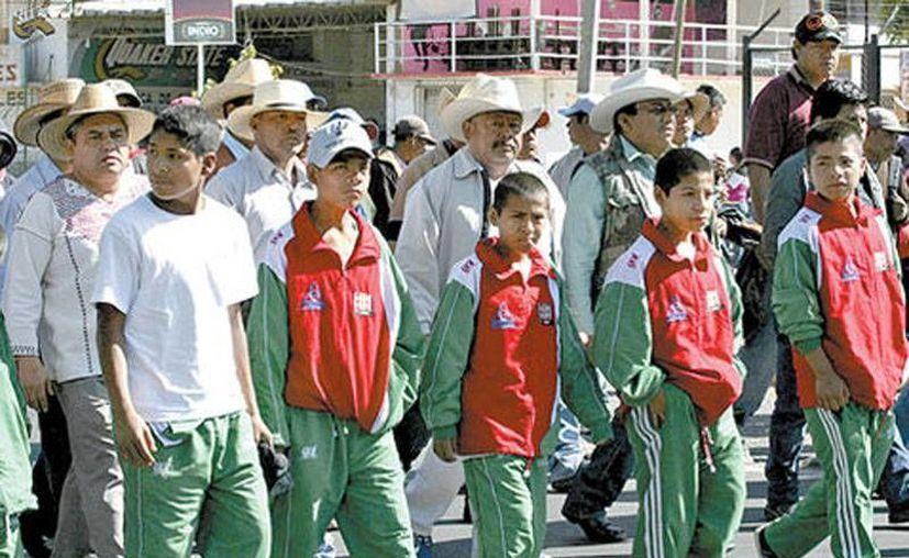 Durante la protesta indígena marcharon algunos 'falsos' campeones triquis de basquetbol. (Arturo Pérez/Cuartoscuro)