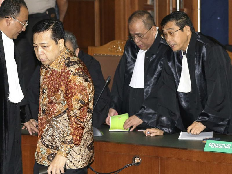 former Indonesia's Parliament Speaker Setya Novanto, right, is about to shake hands with a prosecutor during his sentencing hearing at the Corruption Cases Court in Jakarta, Indonesia.