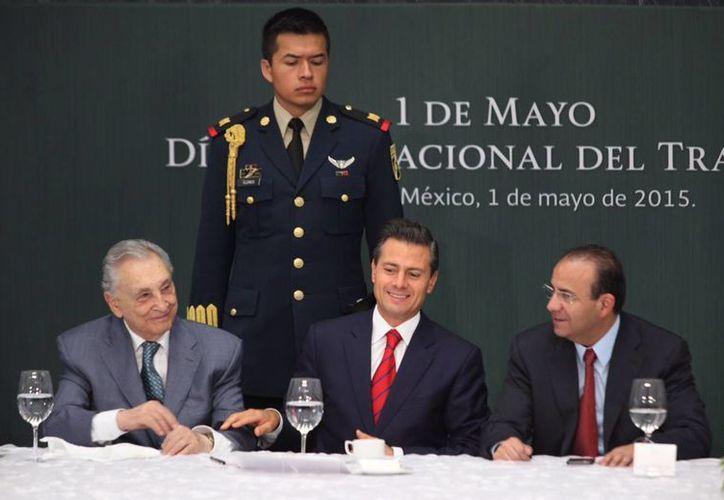 El presidente Enrique Peña Nieto, durante la  conmemoración del Día Internacional del Trabajo, en Los Pinos, en la imagen, con el líder de la CTM, Joaquín Gamboa Pascoe, y Alfonso Navarrete Prida, secretario del Trabajo. (Notimex)