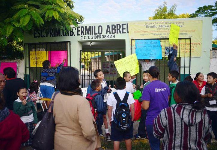 Los padres de familia pusieron candados en las puertas para evitar la entrada a los maestros de la primaria 'Ermilo Abreu Gómez'. (Milenio Novedades)