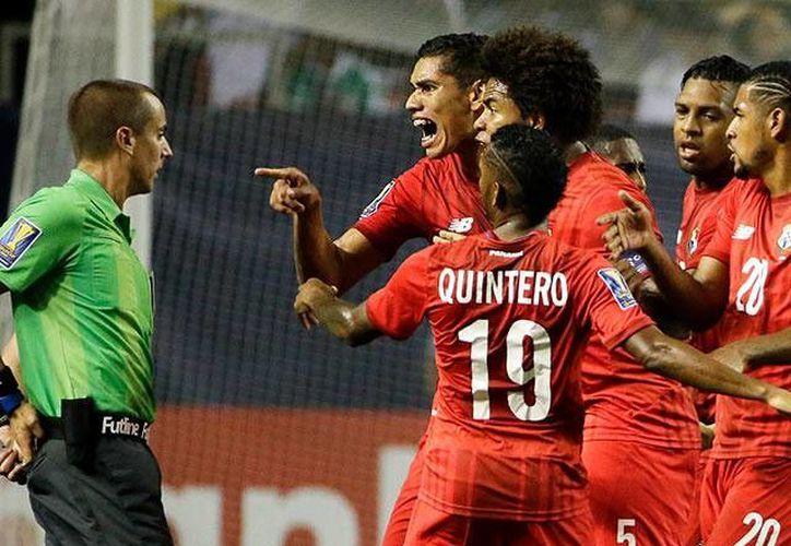 Panamá y Costa Rica pidieron a la CONCACAF que investigara a la comisión de arbitraje después de verse perjudicados por decisiones de los árbitros en sus respectivos partidos contra México, la imagen corresponde al juego entre Panamá Y México. (deportes.televisa.com)