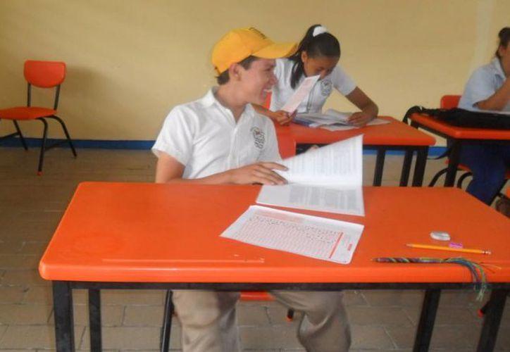 De los 25 estudiantes de secundaria de su comunidad, es el único que continúa asistiendo a clases. (Juan Palma/SIPSE)
