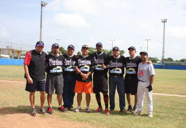 Daniel Carbonell (con medias), con gente de los Rookies de la Madero. (Milenio Novedades)