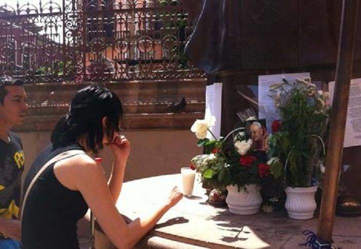 Rezos y saludos en honor a la estatua del 'Papa viajero' en León, Guanajuato. (Milenio)