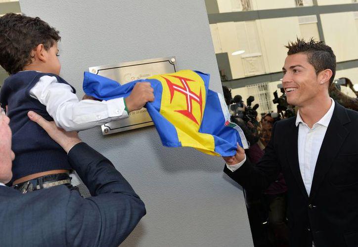 Cristiano Ronaldo y su hijo Cristiano Junior develaron la placa del museo personal del futbolista en Funchal, Portugal, en la ceremonia inaugural. (Agencias)