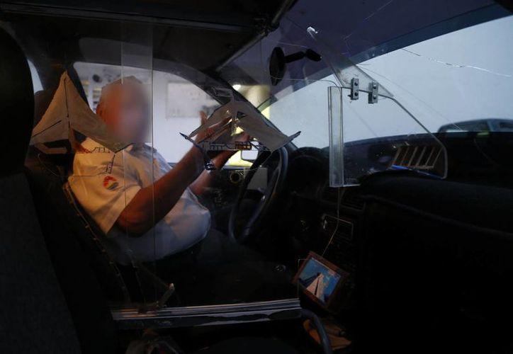 Invirtió cuatro mil 500 pesos en su seguridad y el producto final terminó en cuatro piezas que blindan al conductor. (Tomás Álvarez/SIPSE)
