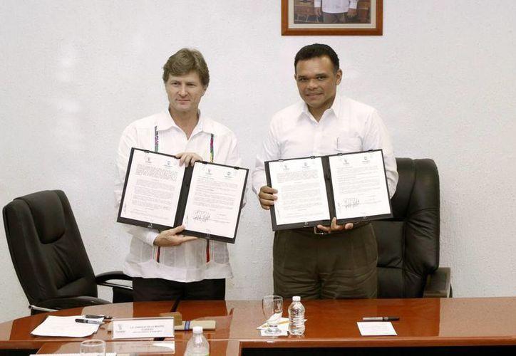 El director de Bancomext, Enrique de la Madrid Cordero y el gobernador Rolando Zapata Bello tras firmar el acuerdo. (Milenio Novedades)