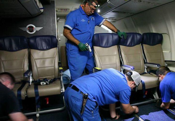 Los nuevos asientos permiten a las aerolíneas incrementar el número de pasajeros en sus aviones. (Agencias)