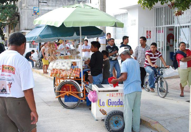En las diversas calles de la ciudad se observa a todo tipo de vendedores ambulantes. (Tomás Álvarez/SIPSE)