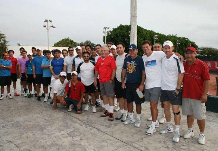 Jugadores y entrenadores posan tras concluir el evento. (Milenio Novedades)
