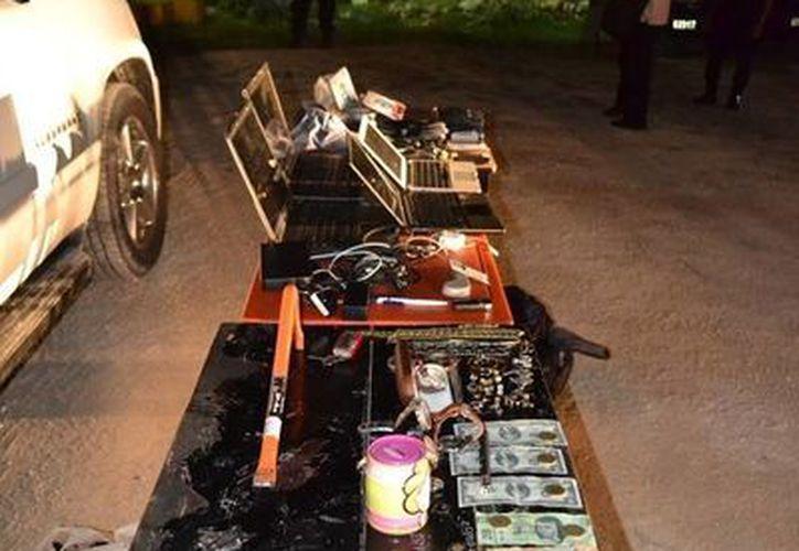 Al momento de la detención, los seis sospechosos tenían en su poder 200 mil pesos y tarjetas de crédito, entre otros objetos.  (Redacción/SIPSE)