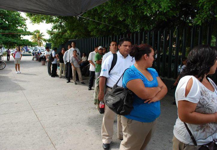 Miles de trabajadores esperan el pago que asciende como mínimo a 15 días del salario. (Archivo/SIPSE)