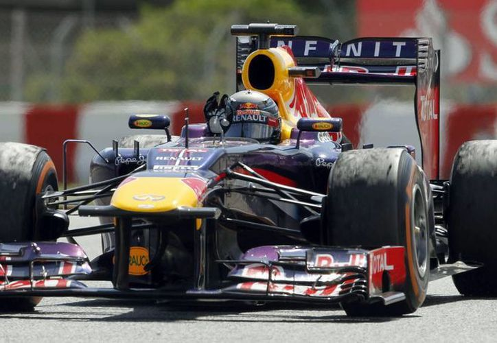 El piloto Sebastian Vettel, cuarto en la carrera, saluda al público al finalizar el Gran Premio de España de Formula Uno, en el Circuit de Catalunya. (EFE)