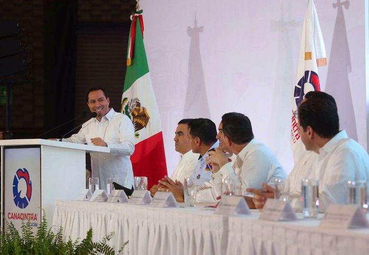 El mandatario estatal, durante su intervención en la reunión de la Canacintra. (Novedades Yucatán)