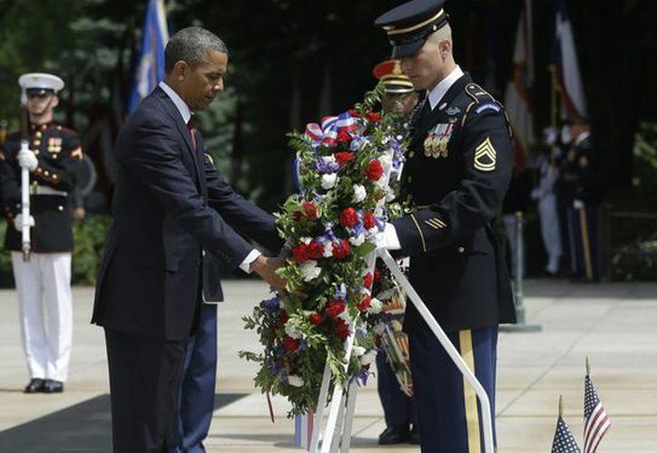 Antes de su discurso, el presidente colocó una corona de flores en la Tumba al Soldado Desconocido del cementerio de Arlington. (Agencias)