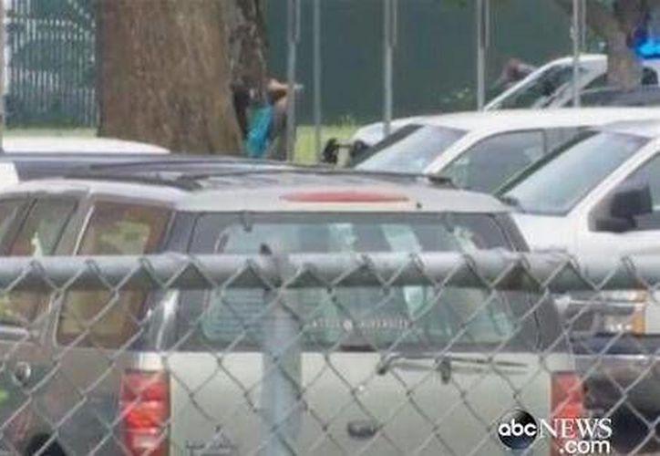 Algunos medios locales mostraban imágenes de los estudiantes saliendo del colegio con las manos en la cabeza. (twitter.com/6News)