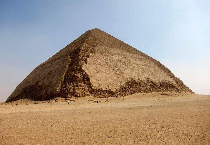 La Pirámide Doblada de Egipto tiene cerca de cuatro mil 600 años de antigüedad. Un nuevo método científico que se basa en la recolección de partículas cósmicas podría revelar la manera en que ésta fue construida. (AP)