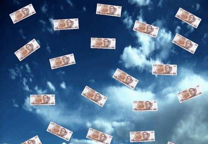 Un hombre con depresiones constantes quiso hacer felices a muchos meridanos arrojándoles dinero desde el Palacio Municipal. (Agencias)