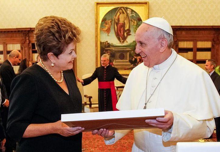 El Papa Francisco habla con la presidenta de Brasil, Dilma Rousseff, en el Palacio Apostólico en el Vaticano. (Agencias)