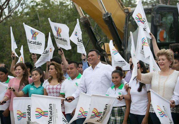 El Gobernador Rolando Zapata Bello presidió este viernes la firma del decreto de creación de la Universidad Politécnica. (Foto cortesía del Gobierno de Yucatán)