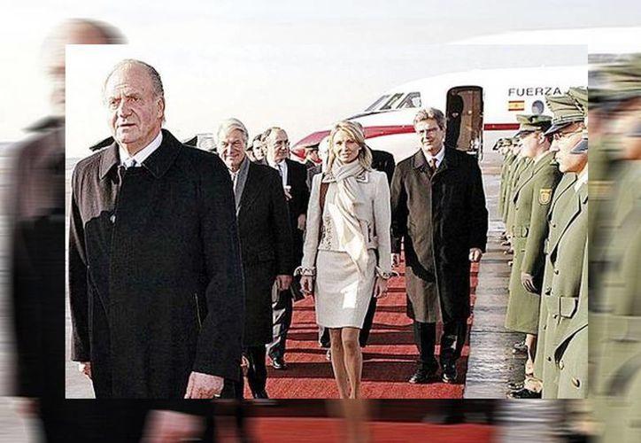 El rey Juan Carlos, en una foto de archivo, a su llegada al aeropuerto de Stuttgart, Alemania, con la princesa Corinna detrás (Milenio/Archivo)