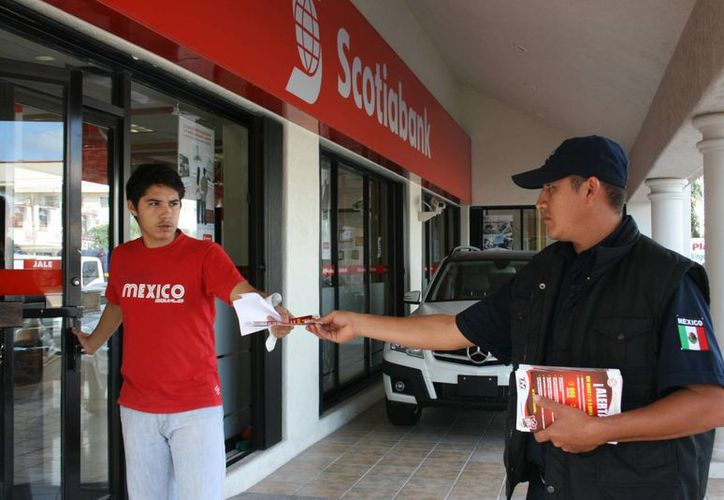 Como parte del operativo se entregan volantes con información con recomendaciones para no ser víctimas de la delincuencia. (Adrián Barreto/SIPSE)