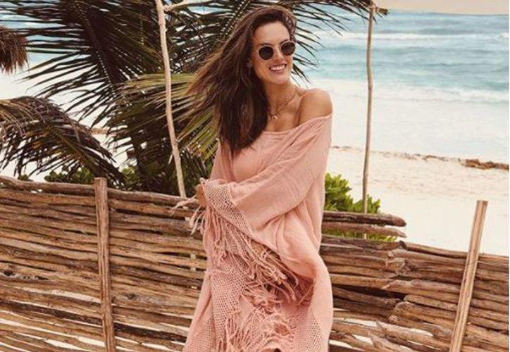 Alessandra publicó fotos en las que aparece en bikini en su Instagram. (Foto: Instagram)