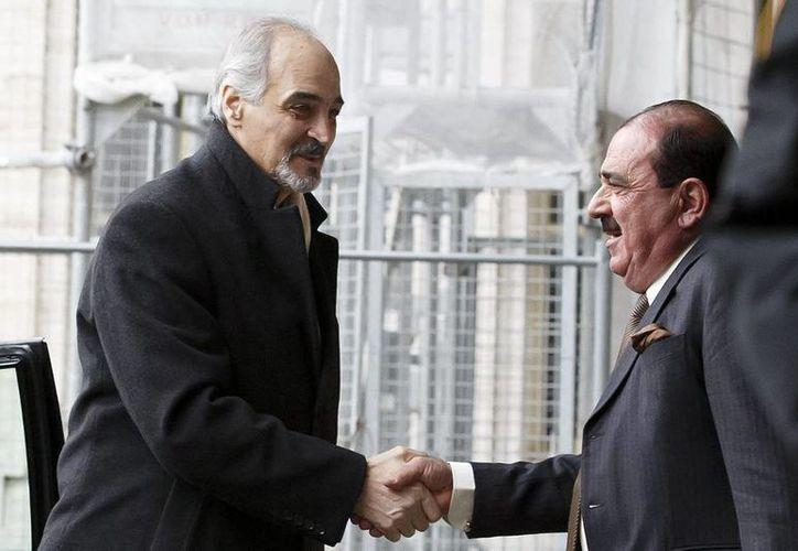 El embajador sirio ante la ONU, Bashar Jaafari, saluda a su llegada a la segunda ronda de negociaciones de paz para Siria en la sede de las Naciones Unidas de Ginebra, Suiza. (EFE)
