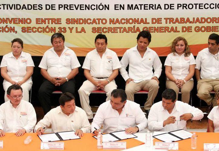 Representantes seccionales del gremio de maestros en el interior del estado, así como representantes de Gobierno, firmaron el convenio de capacitación en materia de seguridad. (Milenio Novedades)