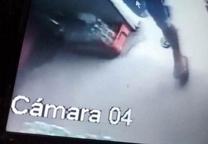 El estafador, captado por una cámara de seguridad de la tienda. (Foto: Milenio Novedades)